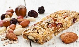 Συνταγή για σπιτικές μπάρες δημητριακών με καλοκαιρινά φρούτα και σοκολάτα