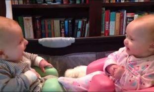 Τα πιο γλυκά δίδυμα, στο πιο όμορφο βίντεο! Δείτε τι κάνουν και ξεκαρδίζεται η μαμά τους στα γέλια! (βίντεο)