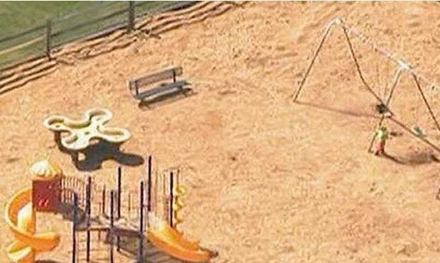 Εντόπισαν μια μαμά στο πάρκο να κουνάει το γιο της στην κούνια. Το περίεργο όμως είναι...