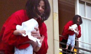 Δείτε πώς είναι το παιδί που κράταγε ο Τζάκσον στο μπαλκόνι