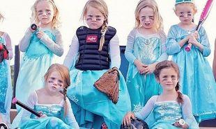 Φανταστικό! 5χρονα κοριτσάκια παίζουν softball ντυμένες πριγκίπισσες! (εικόνες)