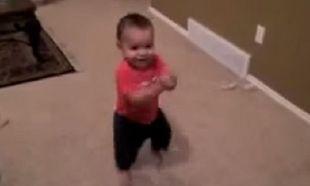 Η μουσική ξεκινάει να παίζει και αυτό το μωρό κάνει το απίστευτο! (βίντεο)