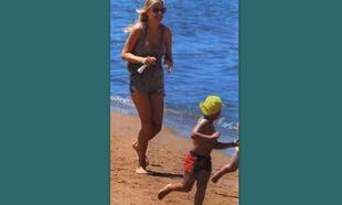 Φαίη Σκορδά: Κυνηγητό στην παραλία με τον γιο της