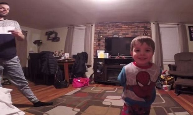 Ο μικρός ανοίγει την κάμερα, ο μπαμπάς πατάει το play και δείτε τι συμβαίνει μετά! (βίντεο)