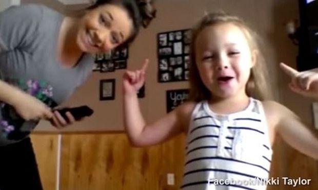 Απλά δεν υπάρχει! Δείτε αυτή την έγκυο μανούλα να χορεύει μαζί με την κόρη της! (βίντεο)