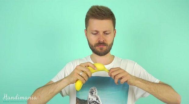 Αυτό είναι το κόλπο για να καθαρίσετε μία μπανάνα στο λεπτό! (βίντεο)