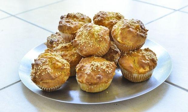 Muffins με τυρί, γιαούρτι και σουσάμι από τον Γιώργο Γεράρδο