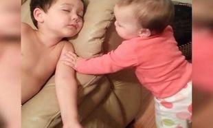 Το βίντεο που πρέπει όλοι να δείτε: Ο αδελφός της κοιμάται κι εκείνη προσπαθεί να… (βίντεο)