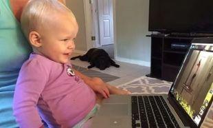 Δείτε την αντίδραση αυτής της μικρής όταν βλέπει σε βίντεο τη μαμά της να τη βάζει για ύπνο!