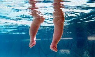 Ένας άνδρας έσωσε από βέβαιο πνιγμό ένα τετράχρονο κορίτσι, τη στιγμή που κανείς άλλος τριγύρω δεν είχε καταλάβει ότι πνίγεται!