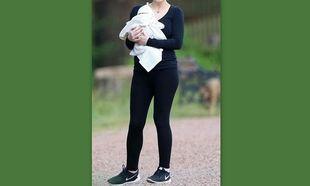 H πρώτη βόλτα με τη νεογέννητη κορούλα της (εικόνα)