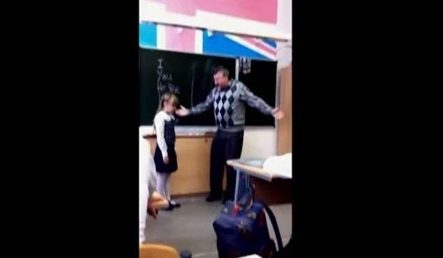 Απίστευτο: Δείτε πώς αντέδρασε μία μαθήτρια μετά από προσβολές και χειρονομίες του δασκάλου της (βίντεο)