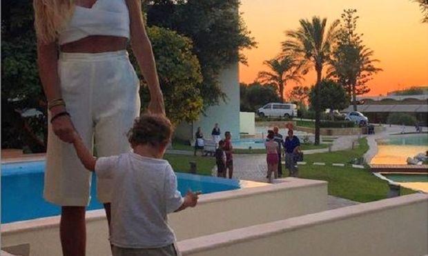 Καλοκαιρινές διακοπές στη Ρόδο με το γιο της η... (εικόνα)