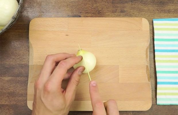 Αυτός είναι ο καλύτερος τρόπος για να κόψετε ένα κρεμμύδι χωρίς να δακρύσετε! (βίντεο)