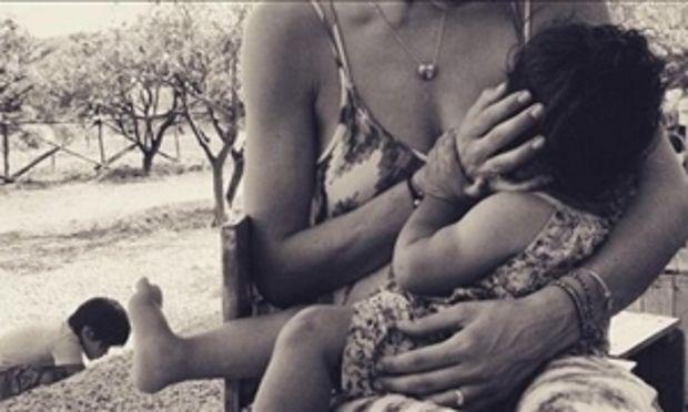 Μοναδική στιγμή: Πασίγνωστη μαμά θηλάζει την κόρη της και μοιράστηκε τη φωτογραφία στο Instagram!