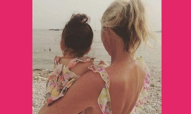 Με την κόρη της στην παραλία! Ο λόγος για την... (εικόνα)