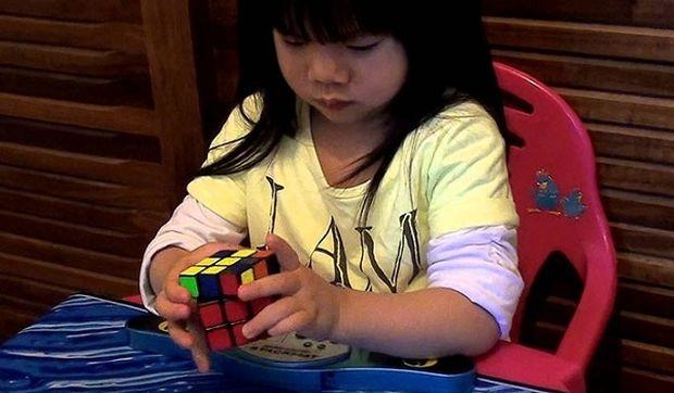 Απίστευτο: Δείτε σε πόσο χρόνο έλυσε το 2χρονο κοριτσάκι τον κύβο του Ρούμπικ! (βίντεο)