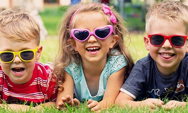 Πολύτιμες συμβουλές: Τι πρέπει να κάνετε για να προστατεύσετε τα μάτια των παιδιών από τον ήλιο