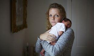 Υπέροχες φωτογραφίες γυναικών, την πρώτη μέρα της μητρότητας με τα νεογέννητα μωρά τους στο σπίτι!