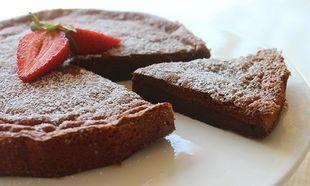 Λαχταριστό και ζουμερό κέικ σοκολάτας με δύο υλικά (pics&vid)