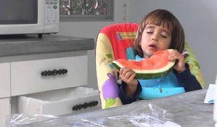 Απίστευτο: Δείτε τι συνέβη σε ένα μωρό ενώ έτρωγε καρπούζι! (vid)
