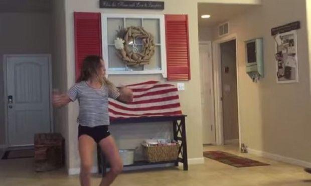 Ο μπαμπάς της μπαίνει ξαφνικά τη στιγμή που βιντεοσκοπεί τον εαυτό της να χορεύει. Δείτε την αντίδρασή του! (βίντεο)