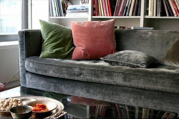 Κι όμως αυτό είναι το κόλπο για να εξαφανιστεί ο λεκές από αναψυκτικό στον καναπέ!
