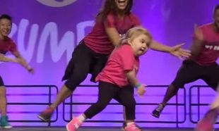 Tαλέντο από κούνια! Ο χορός αυτού του κοριτσιού θα σας αφήσει άφωνους! (βίντεο)