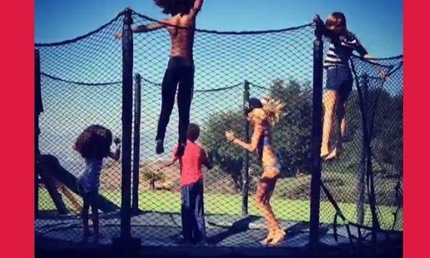 Τραμπολίνο με τα παιδιά της κάνει η... (βίντεο)