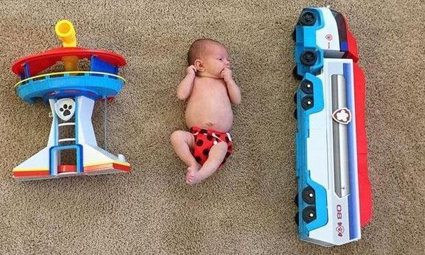 Αυτή η μαμά φωτογράφισε την πρόωρη μικρούλα της δίπλα από περίεργα αντικείμενα. Ο λόγος θα σας εκπλήξει!