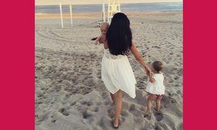 Απογευματινός περίπατος στη θάλασσα με τα παιδιά της για την... (εικόνα)