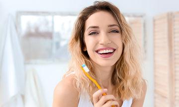 DIY: «Σπιτική» λεύκανση δοντιών με 2 μόνο υλικά