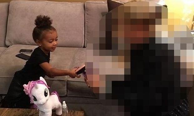 Δείτε με ποια χτενίζει τα pony της η μικρή Νορθ (εικόνα)