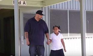 Ο μπαμπάς της πήγε να την πάρει από το σχολείο και ανακάλυψε ότι είναι θύμα bullying. Δείτε τι έκανε! (βίντεο)