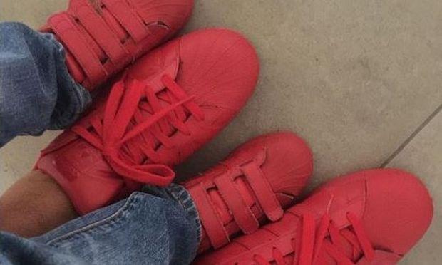 Δείτε ποιος γνωστός Έλληνας δημοσιογράφος φορά τα ίδια παπούτσια με το γιο του! (εικόνα)