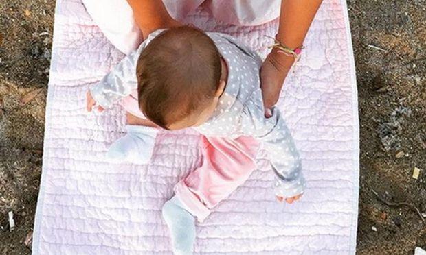 Η πιο τρυφερή selfie γνωστής Ελληνίδας μανούλας με το μωρό της καθισμένο στην αμμουδιά