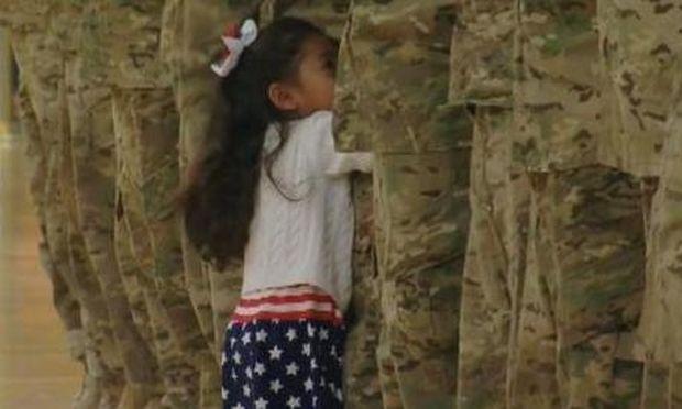 Αυτό το κοριτσάκι με μία του κίνηση συγκίνησε εκατομμύρια ανθρώπους σε όλο τον κόσμο! Δείτε γιατί (βίντεο)
