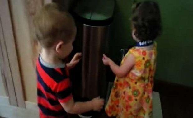 Ξεκαρδιστικό: Δείτε πώς αντιδρά ο μικρός όταν αγκαλιάζει για πρώτη φορά κοριτσάκι! (βίντεο)