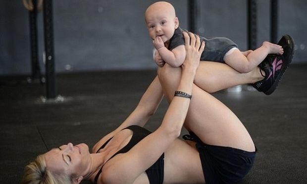 Δεν το έχετε δει ξανά: Νέος τρόπος γυμναστικής με το μωρό σας (εικόνα)