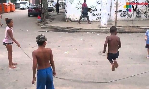 Δείτε τι κάνει ο σκύλος όταν βλέπει τα παιδιά να παίζουν στο δρόμο (βίντεο)