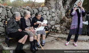 Η φωτογραφία που έγινε rival: Ελληνίδες γιαγιάδες ταΐζουν ένα προσφυγόπουλo