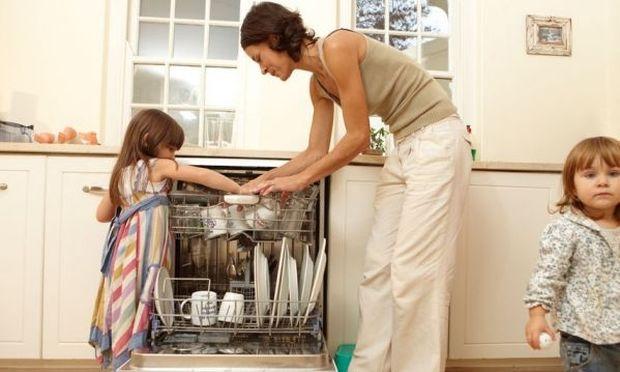 Στοίβες τα πιάτα σας στην κουζίνα; Δείτε το σαν παιχνίδι μαζί με τα παιδιά!