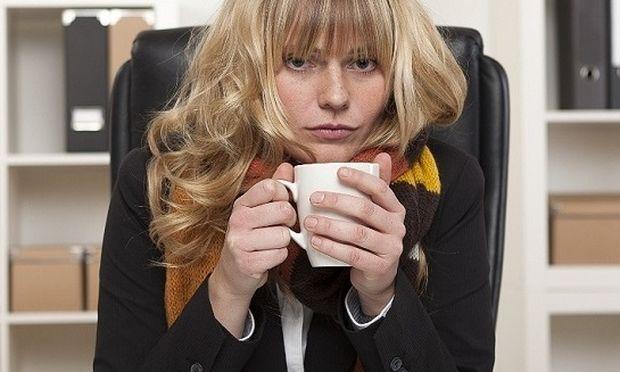 Γιατί οι γυναίκες κρυώνουν περισσότερο από τους άνδρες στο γραφείο