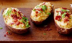 Διπλοψημένες πατάτες φούρνου με τραγανό μπέικον