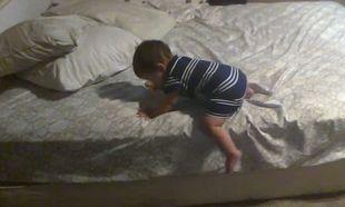 Δείτε τι σκέφτηκε ο μικρός μπόμπιρας για να κατέβει από το κρεβάτι (βίντεο)