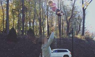 Πετά την κόρη του στον αέρα και η μαμά τους φωτογραφίζει (εικόνα)