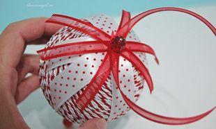 Χρωματιστές μπάλες για το χριστουγεννιάτικο δέντρο από τα χεράκια του παιδιού σας!