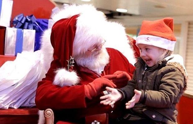 Το βίντεο που συγκίνησε το youtube: Αϊ Βασίλης μιλά στη νοηματική με ένα μικρό κορίτσι