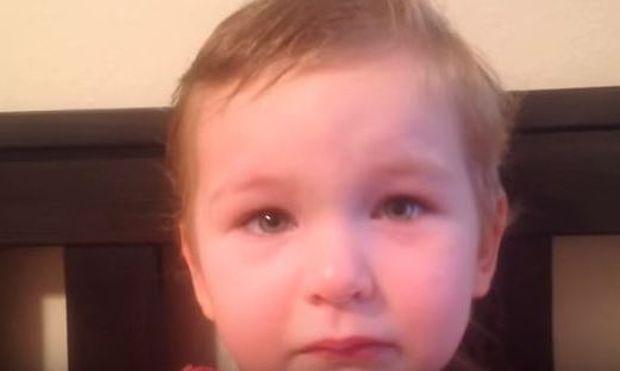 Αυτή η τρίχρονη έκοψε όλα της τα μαλλιά! Ο μπαμπάς της ξεσπά σε γέλια όταν του λέει γιατί! (βίντεο)