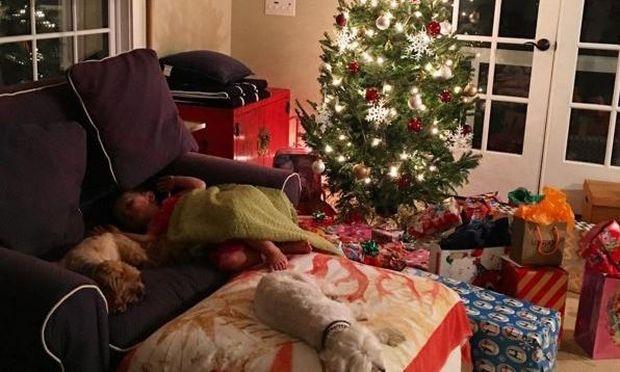 Η κόρη της κοιμήθηκε στον καναπέ για να δει τον Άι Βασίλη! (εικόνα)